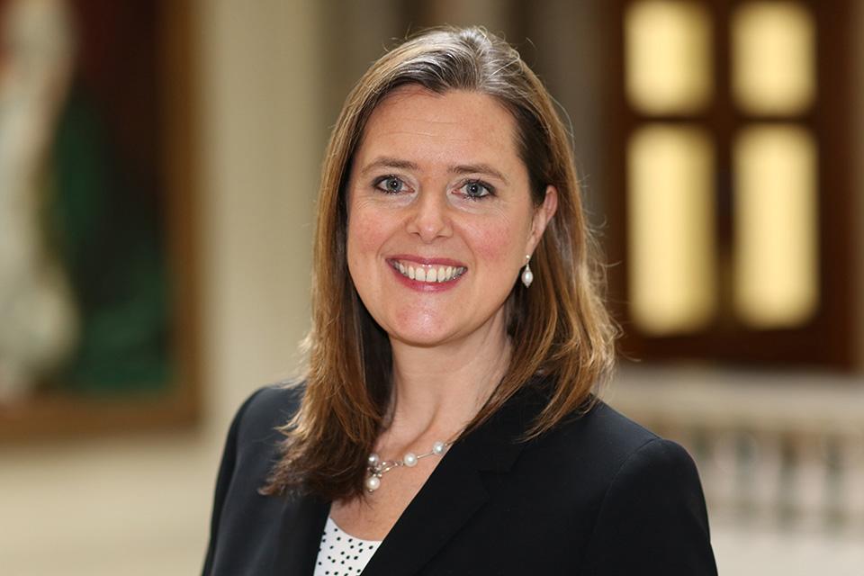 Corin Robertson embajadora de Reino Unido en México con blazer negro y sonriendo