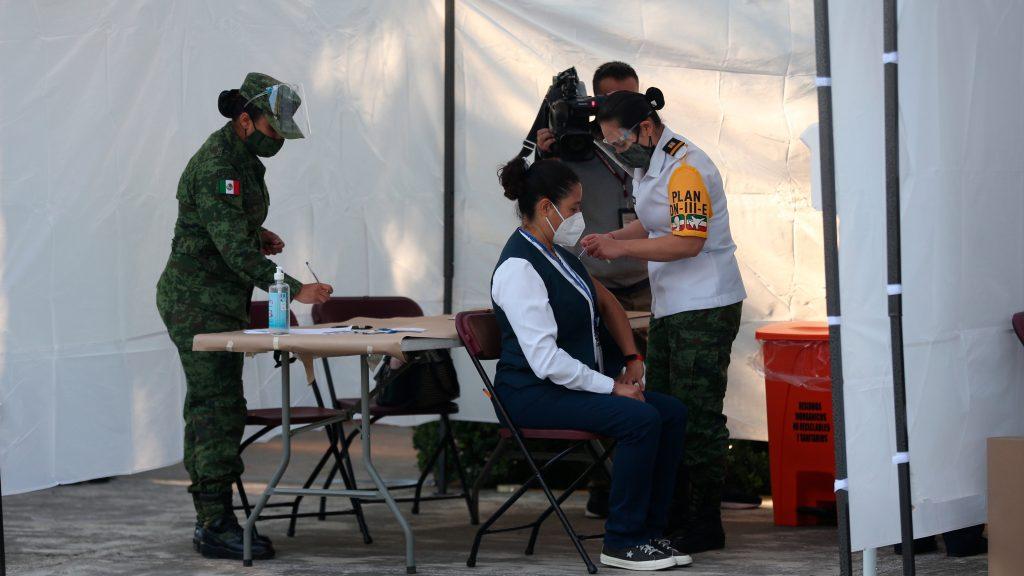 Fotogalería: personal de salud, los primeros en recibir la vacuna contra COVID-19 en México.