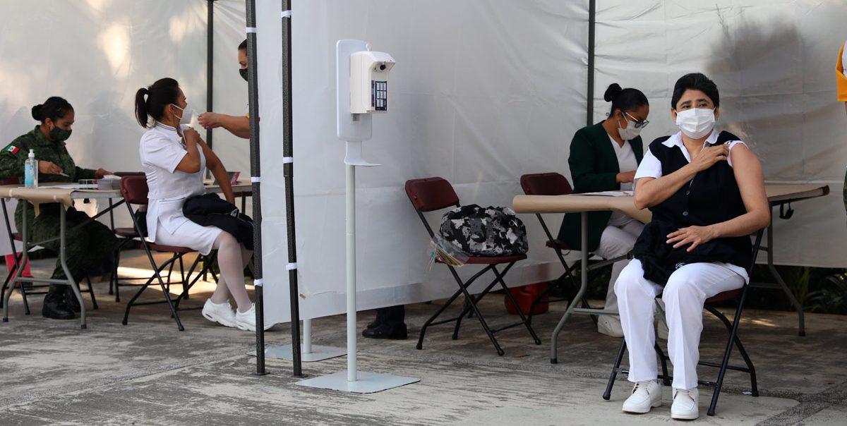 Médicos reciben las primeras vacunas de Pfizer en México contra covid-19