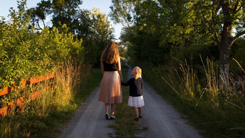 He tratado de criar a mi hija con valores feministas pero estoy batallando con su ropa. ¿Qué le digo?