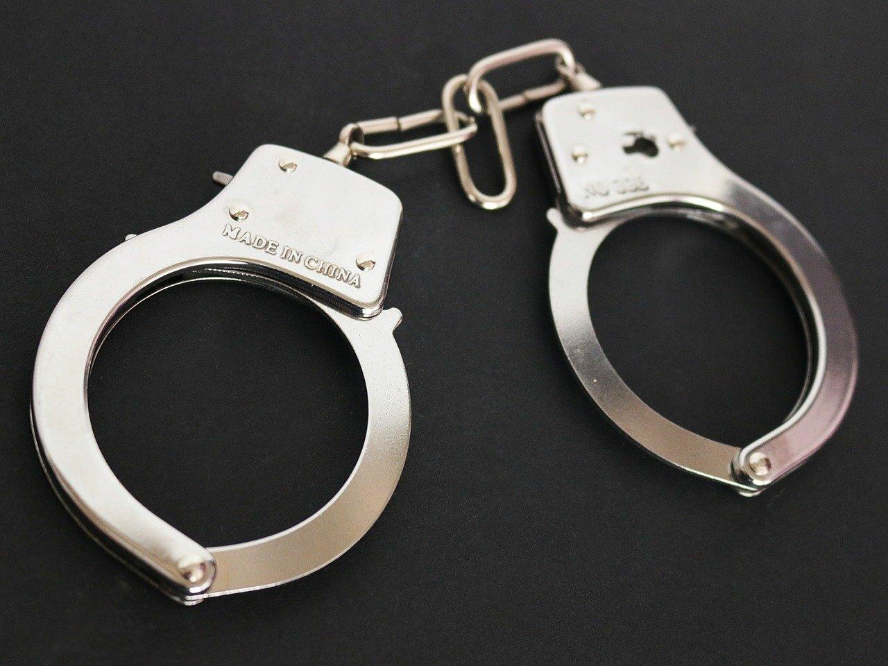 arresto-detencion-esposas-justicia