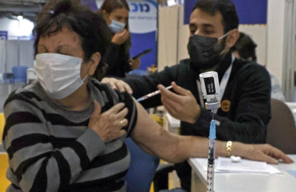 mujer recibiendo una vacuna de covid en Israel