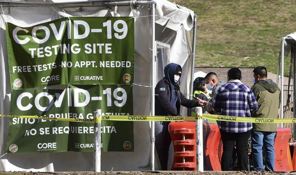 El número de latinos que mueren diario de Covid en Los Ángeles subió 1,000%