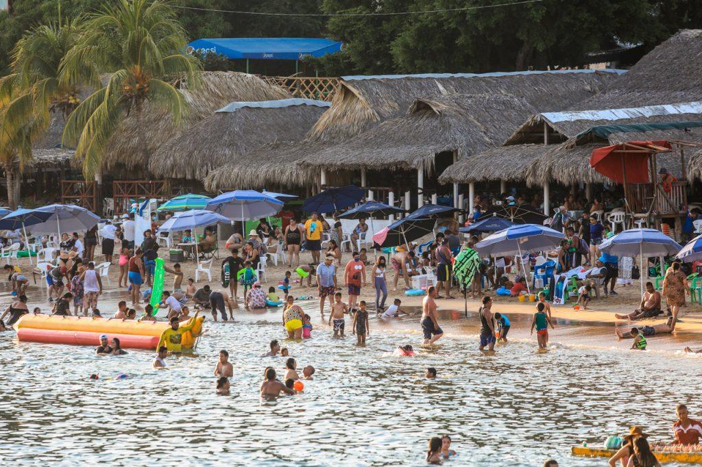 Cierran playas en Oaxaca y bares en Guerrero por alza de casos covid