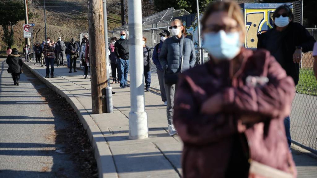 Residentes de Los Ángeles acechan sitios de vacunas en busca de dosis sobrantes