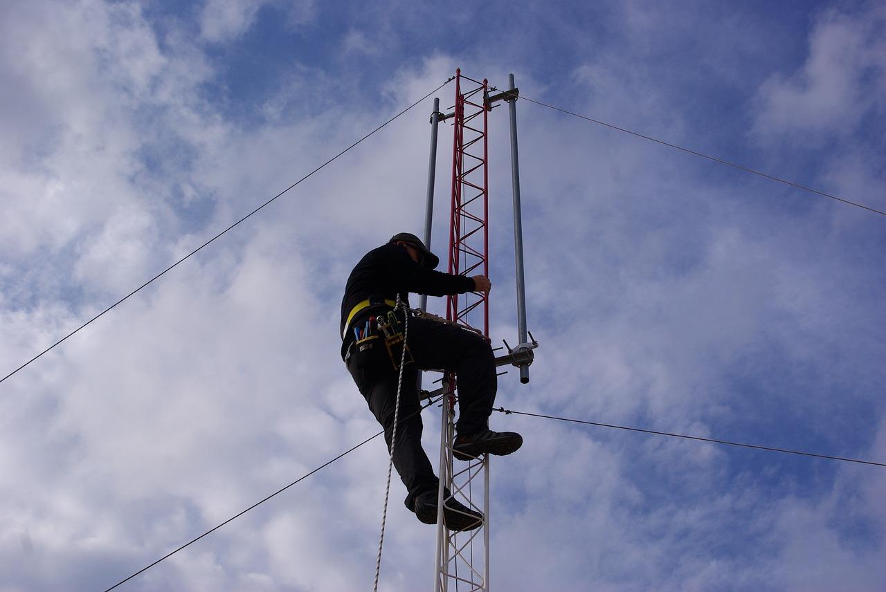 Hombre subiendo a antena de telefonía