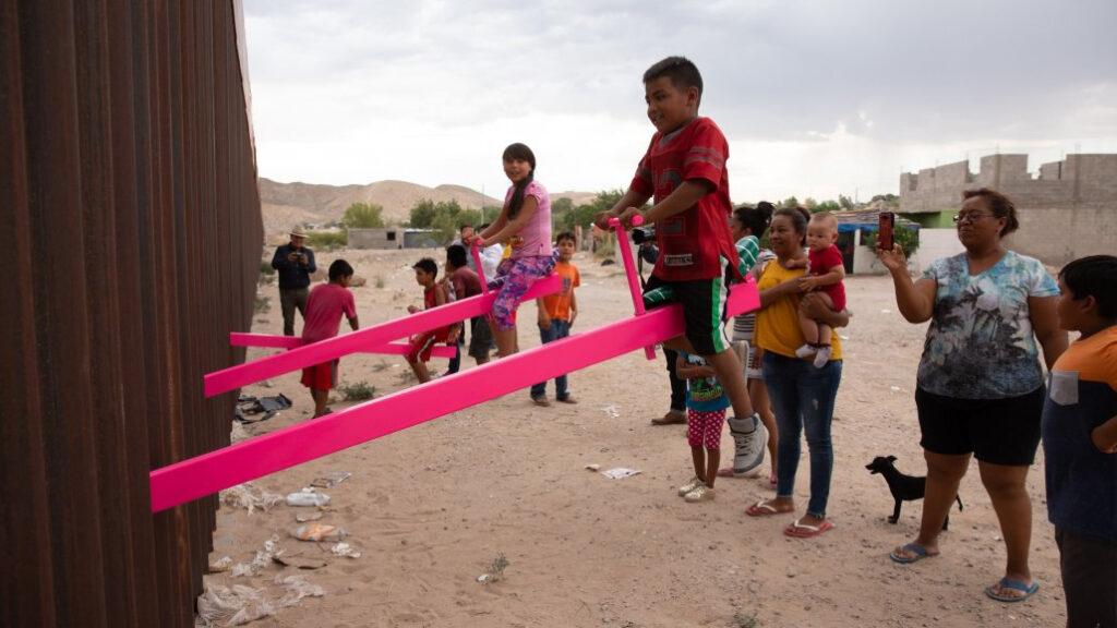 Subibajas rosas en la frontera ganan premio Diseño del Año 2020
