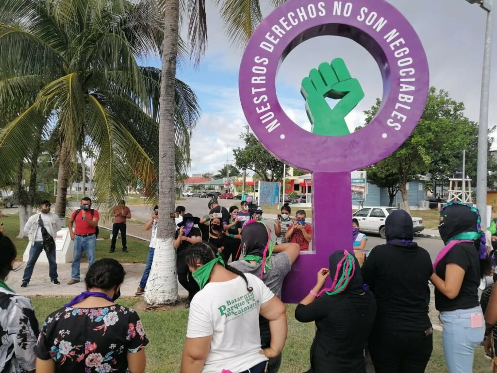 Feministas de Quintana Roo firman convenio con la XVI Legislatura, pero mantienen la toma del congreso local