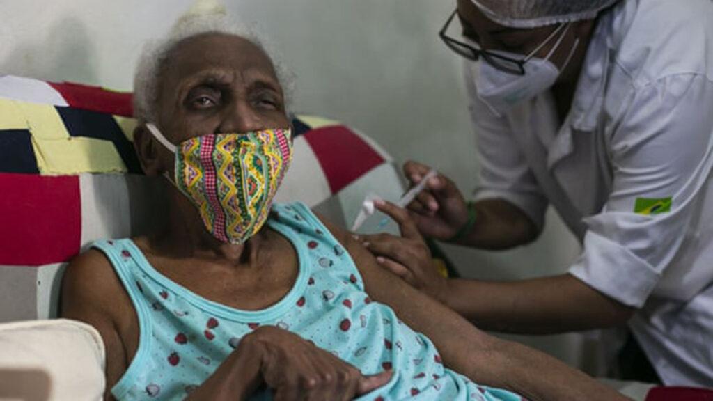 Trabajadores en Brasil son acusados de aplicar vacunas Covid con jeringas vacías