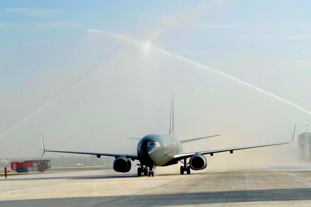 AMLO estrena Santa Lucía a bordo del primer avión que aterriza en sus pistas