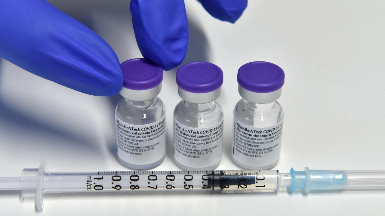 Frascos de la vacuna Pfizer, aprobada en menores de edad