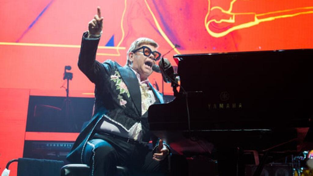Elton John: 'los artistas jóvenes necesitan salir a comerse el mundo para aprender'