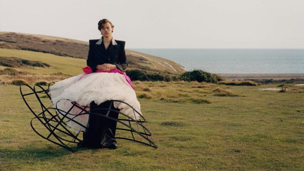 '¿Por qué escandaliza haberle puesto un vestido a Harry Styles?': diseñador Harris Reed