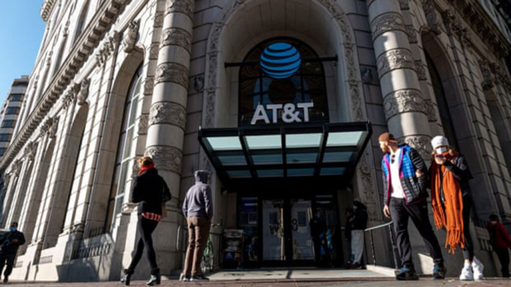 AT&T dijo que reducir impuestos con Trump crearía nuevos empleos; ahora despide a miles