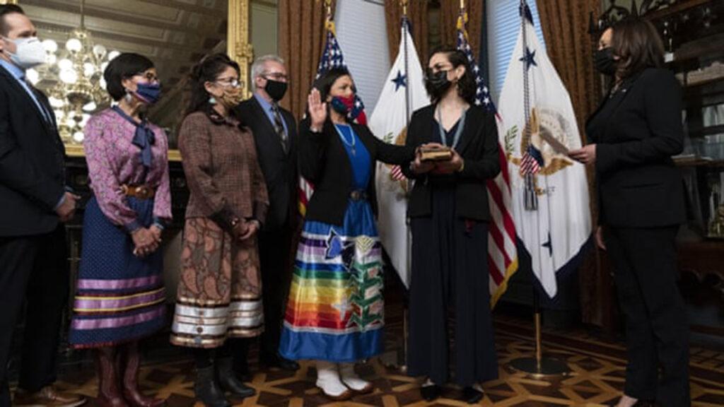 'Nos representa a todas': la historia del vestido para el nombramiento de Deb Haaland
