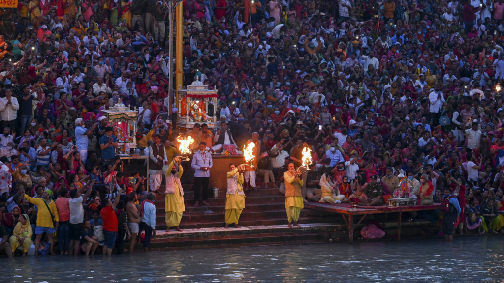 A pesar del Covid, miles de indios se bañan en el río Ganges