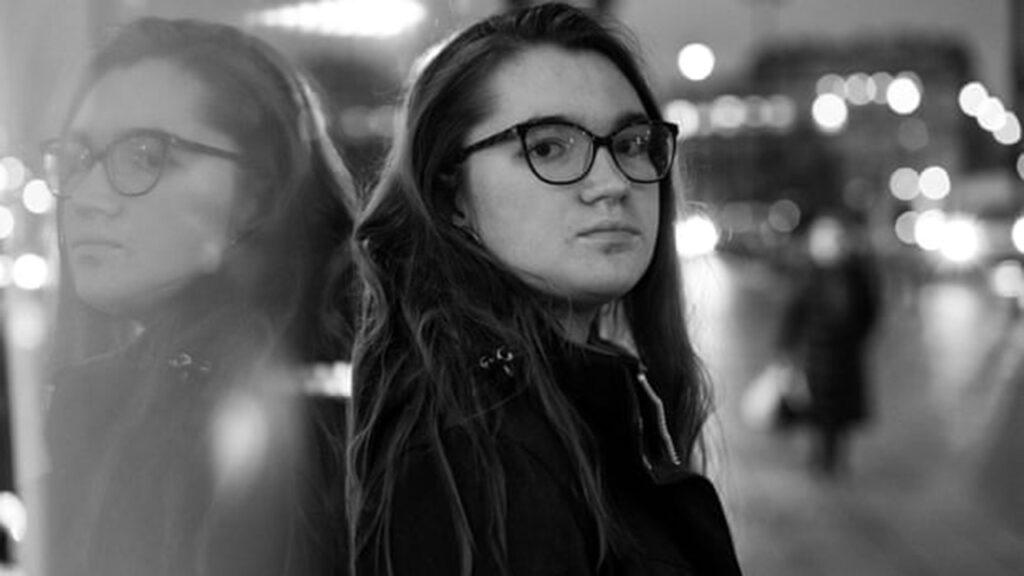 'Solo escribe ALTO': la adolescente que ayuda a mujeres polacas a escapar del abuso