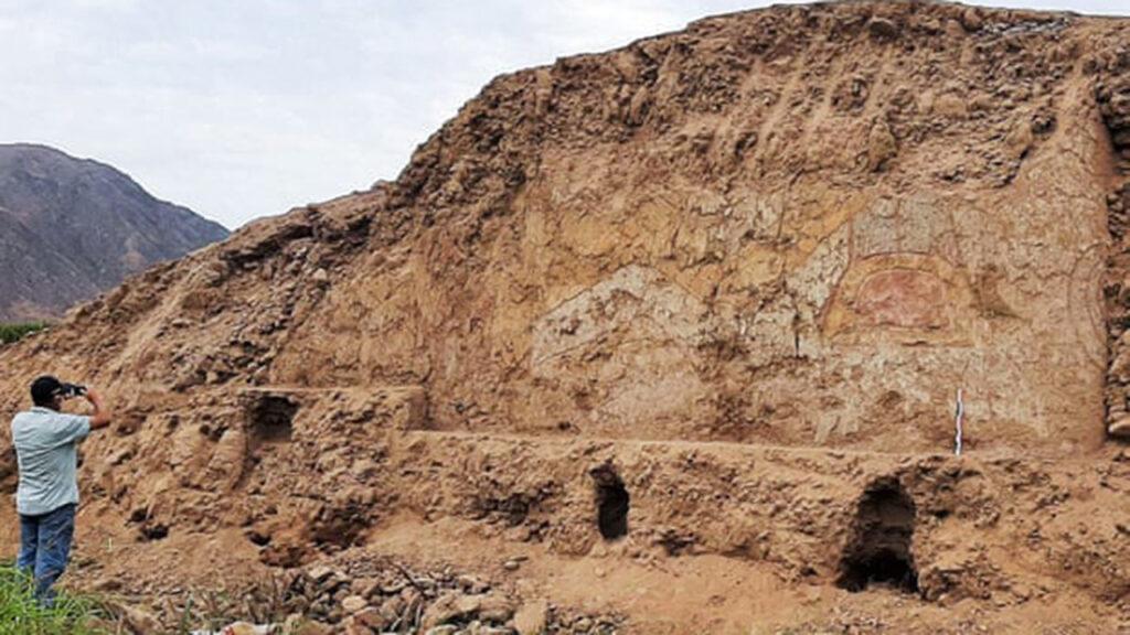 Identifican un mural del dios araña en un templo de 3,200 años en Perú