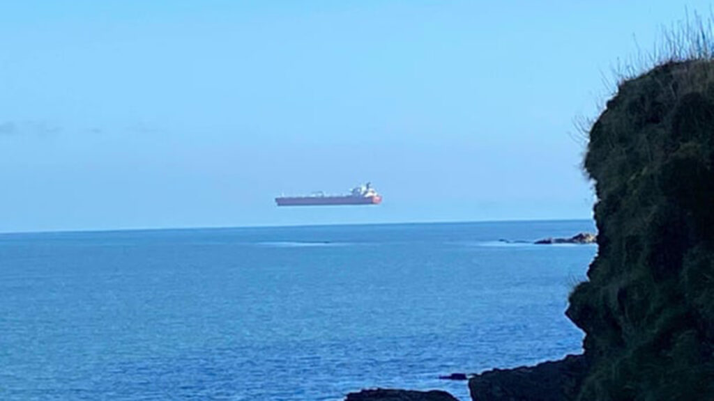 Un paseante quedó 'atónito' al ver un barco flotante en el mar en Cornualles