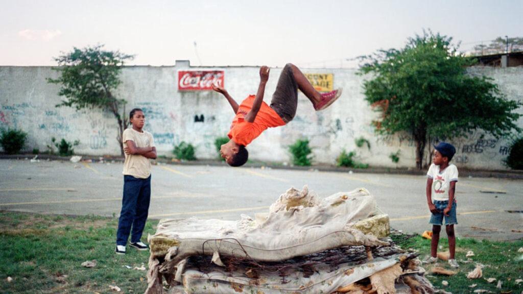 Los chicos de Brooklyn en su 'trampolín mágico': la mejor foto de Jamel Shabazz