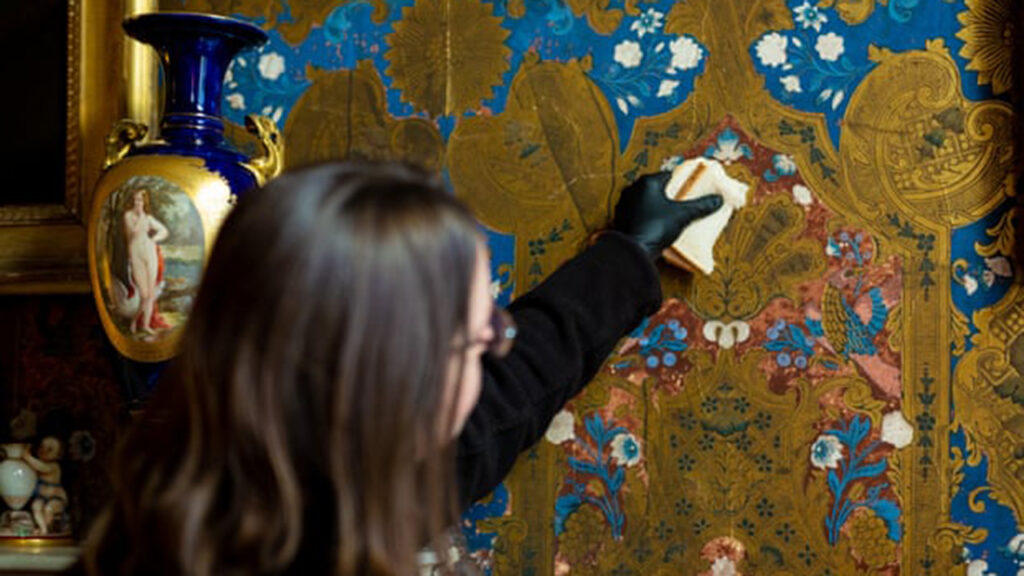 ¿Limpiar el papel tapiz con pan blanco? Funciona, dice English Heritage