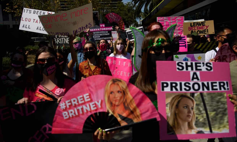 Foto de una protesta en favor de britney spears quien anunció que no regresará a los escenarios