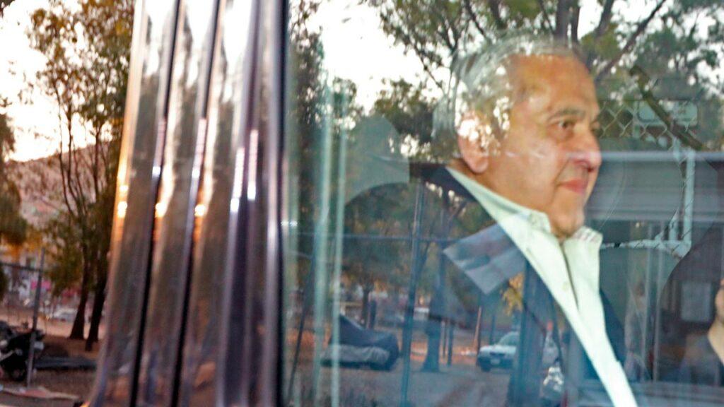 Alonso Ancira abandona el Reclusorio Norte con puro en mano