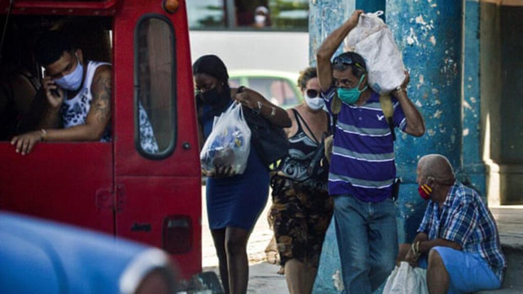 Escepticismo y escalofrío: los cubanos divisan el final de 62 años de gobierno castrista