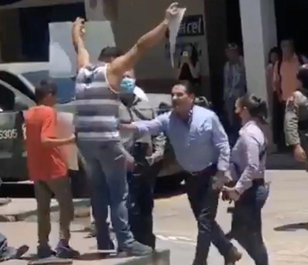 """Aureoles agrede a manifestante en Aguililla; lo acusa de ser """"halcón"""""""