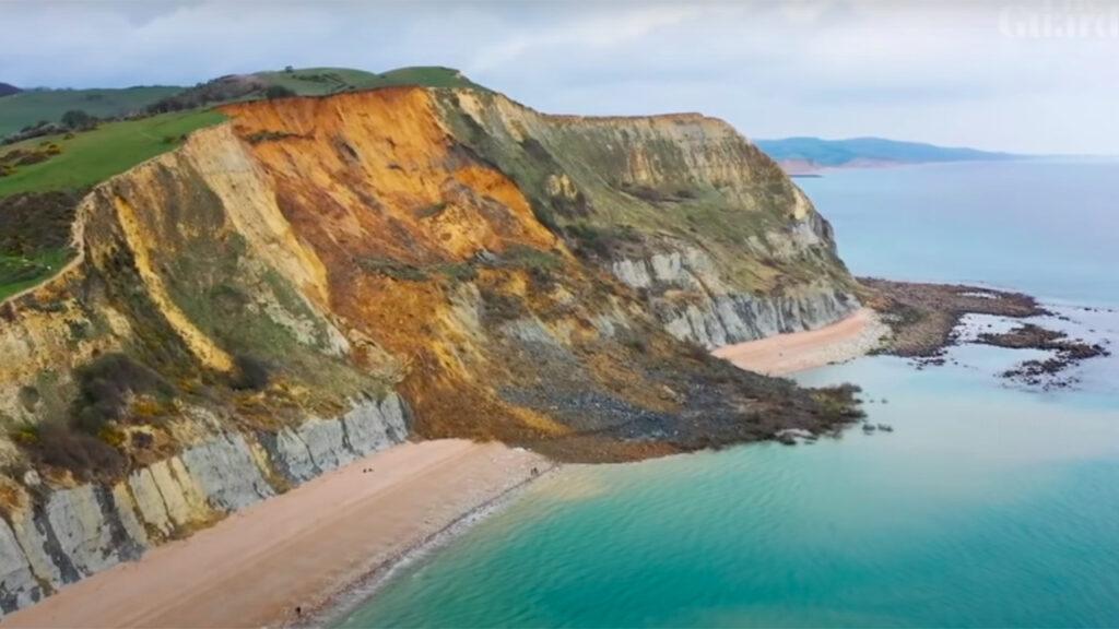 El acantilado en Jurassic Coast: El mayor desprendimiento de rocas del Reino Unido en 60 años