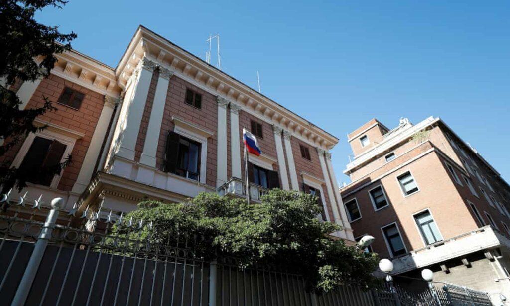 La esposa de un capitán de la marina italiana niega acusaciones de que sea un espía ruso