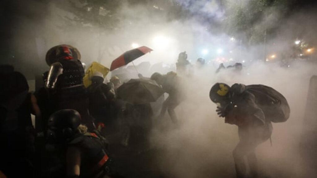 Hay cientos casos de menstruación anormal tras exposición a gas lacrimógeno durante protestas en Portland