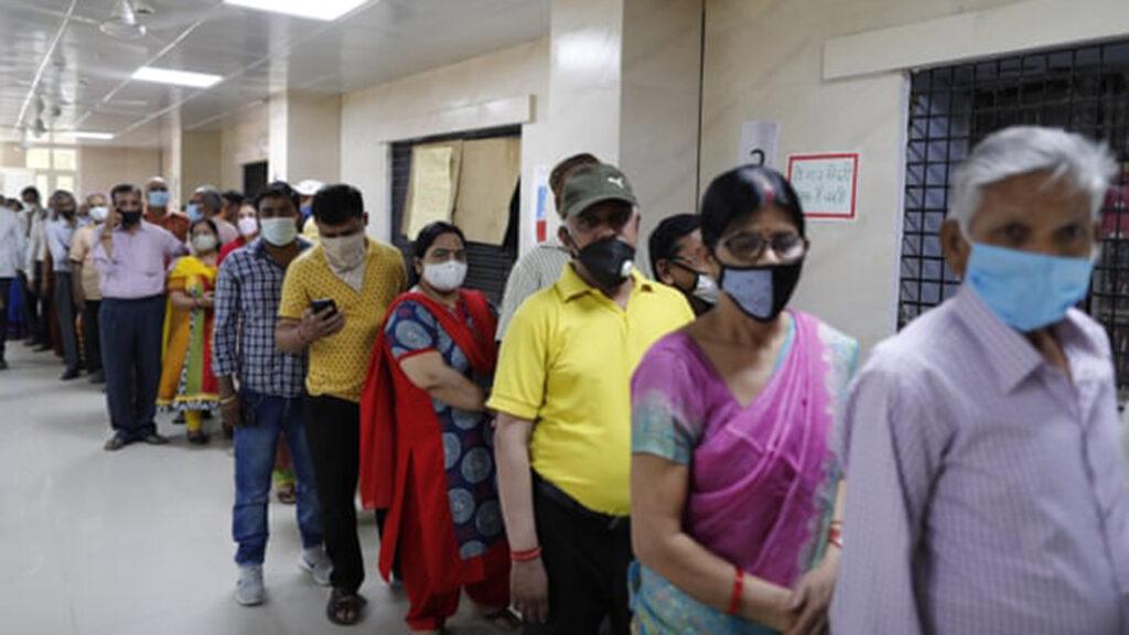 India cumple récord con 4.3 millones de vacunas diarias aunque los casos aumentan
