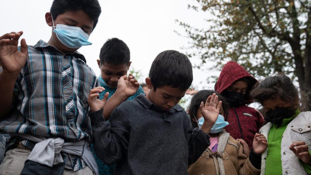 Políticas de la era Trump fuerzan a familias a tomar decisiones de vida en la frontera