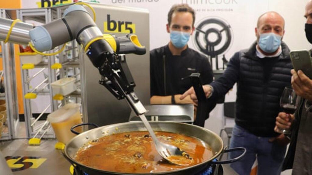 Un robot que cocina paella provoca un gran jaleo en España