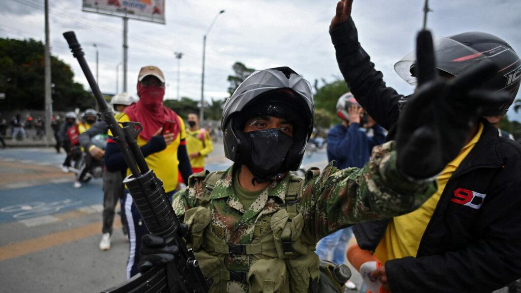 Suman al menos 13 muertos tras la jornada de protestas en Colombia