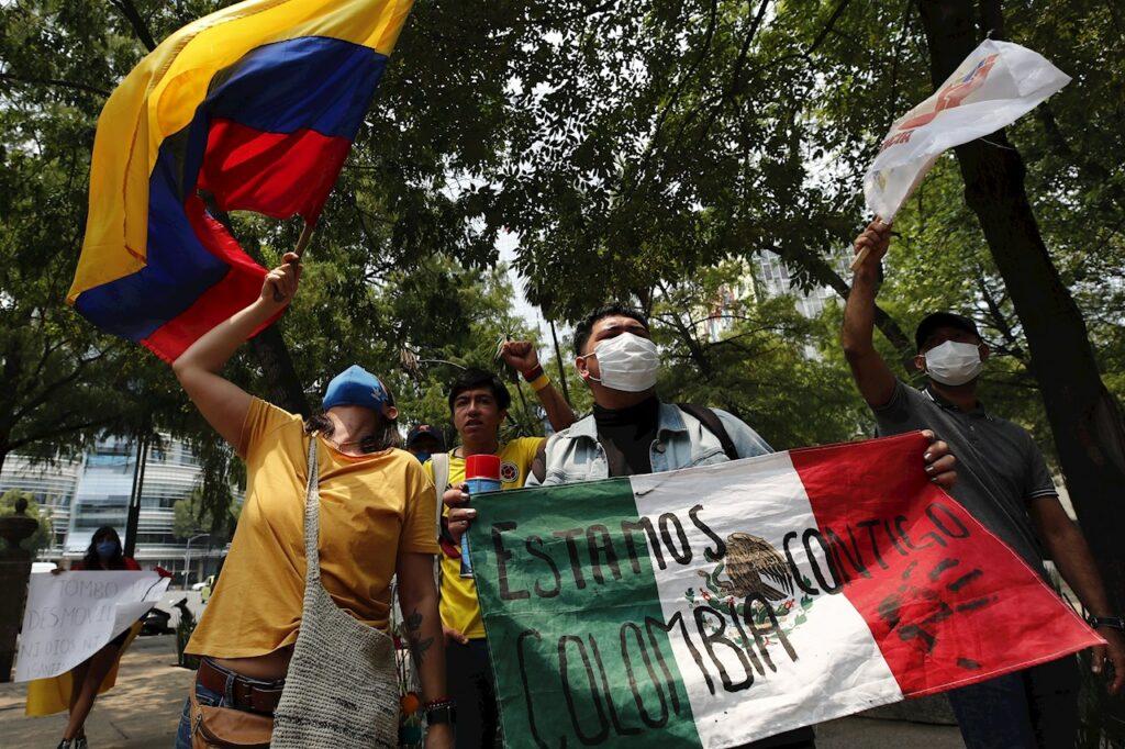 Fotos: Protestan frente a la Embajada de Colombia en México contra la represión