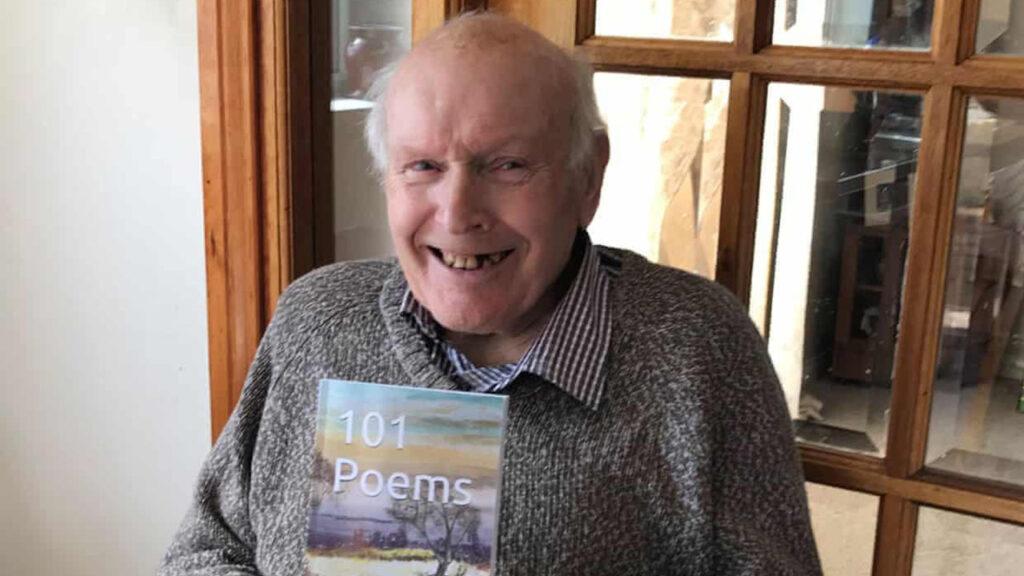 'Tiene un pequeño salto en su andar': este abuelo de 92 años se convierte en el poeta más vendido