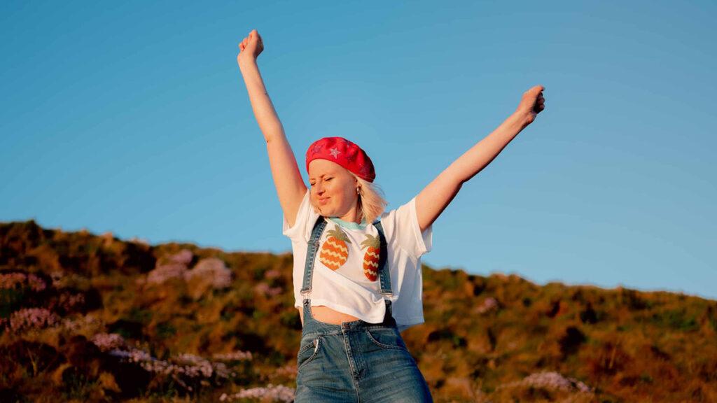 Kris Hallenga, le diagnosticaron cáncer a los 23 años y convenció a una generación de revisarse los senos