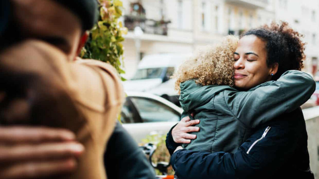 Los insumisos del abrazo: la gente que no acepta la pérdida del espacio personal