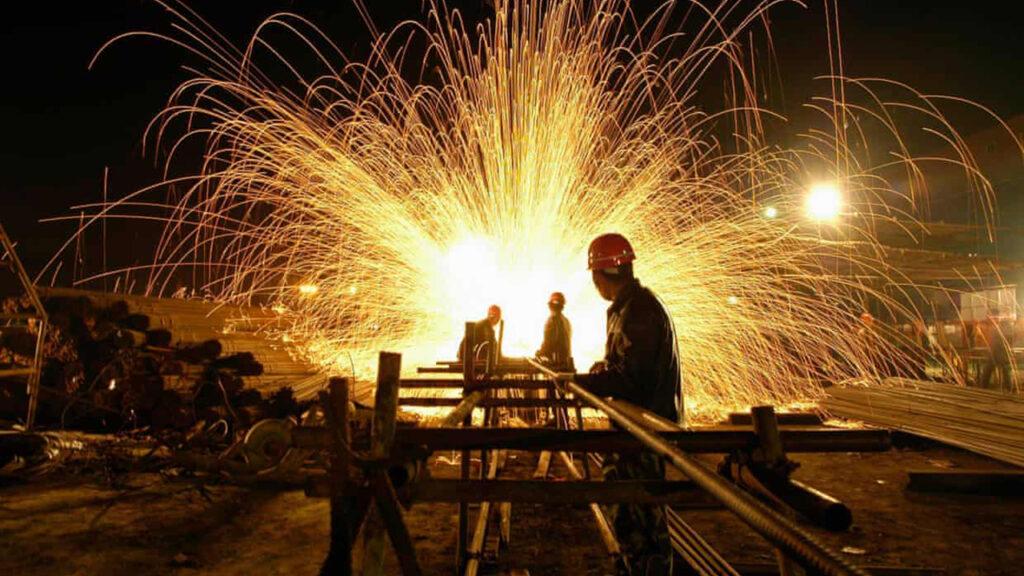 Los precios de las materias primas chinas caen, mientras las autoridades advierten de 'especulación excesiva'