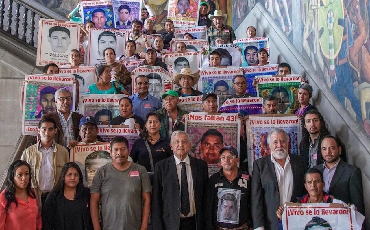 Foto de AMLO con los papás de los 43 normalistas de Ayotzinapa
