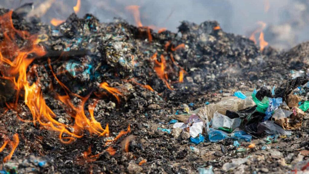 Los plásticos de Reino Unido enviados para su reciclaje en Turquía se tiran y se queman: Greenpeace