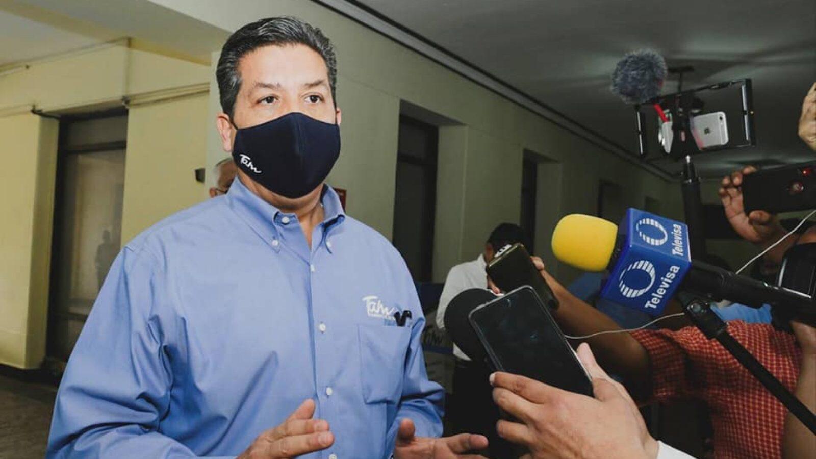 Foto del gobernador Francisco Cabeza de Vaca en entrevista