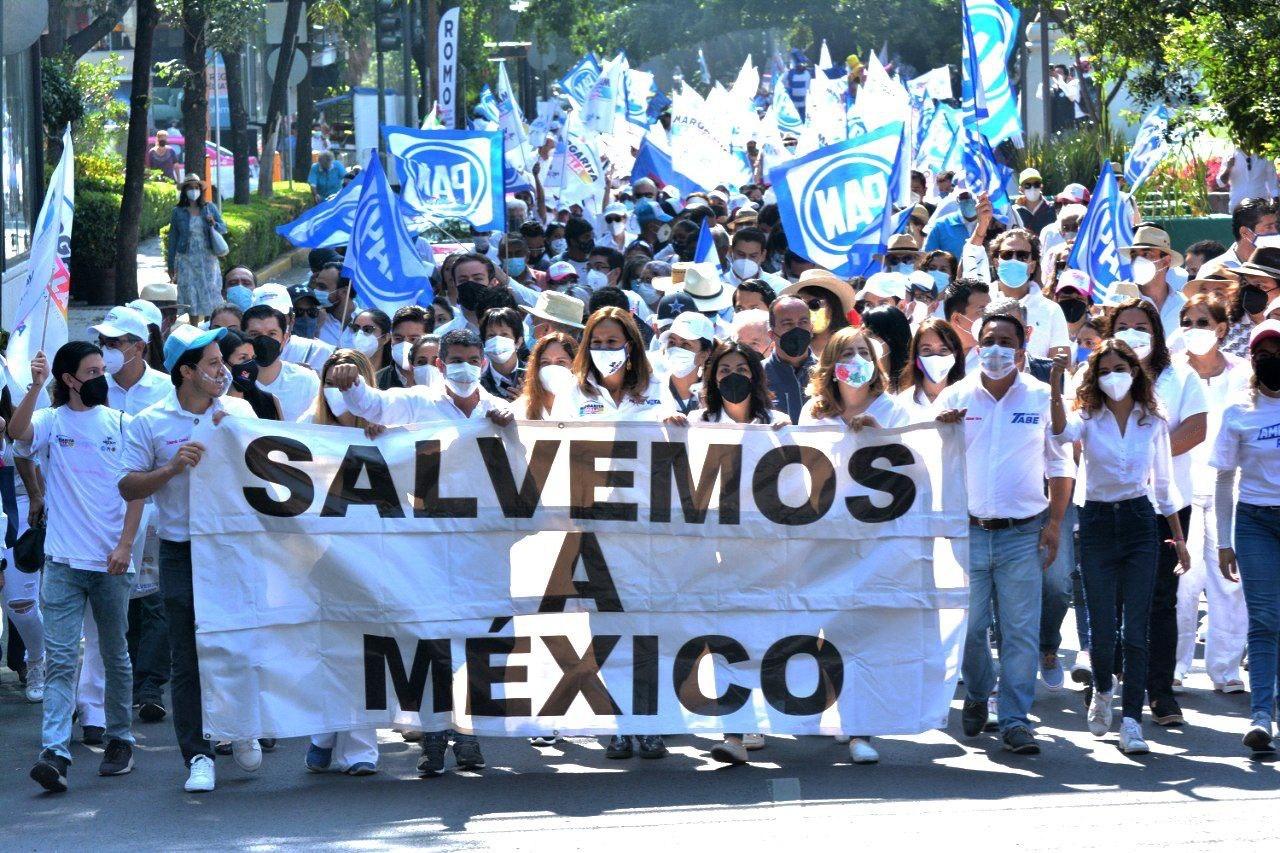 Foto marcha de Mauricio Tabe, Claudio X y Margarita Zavala