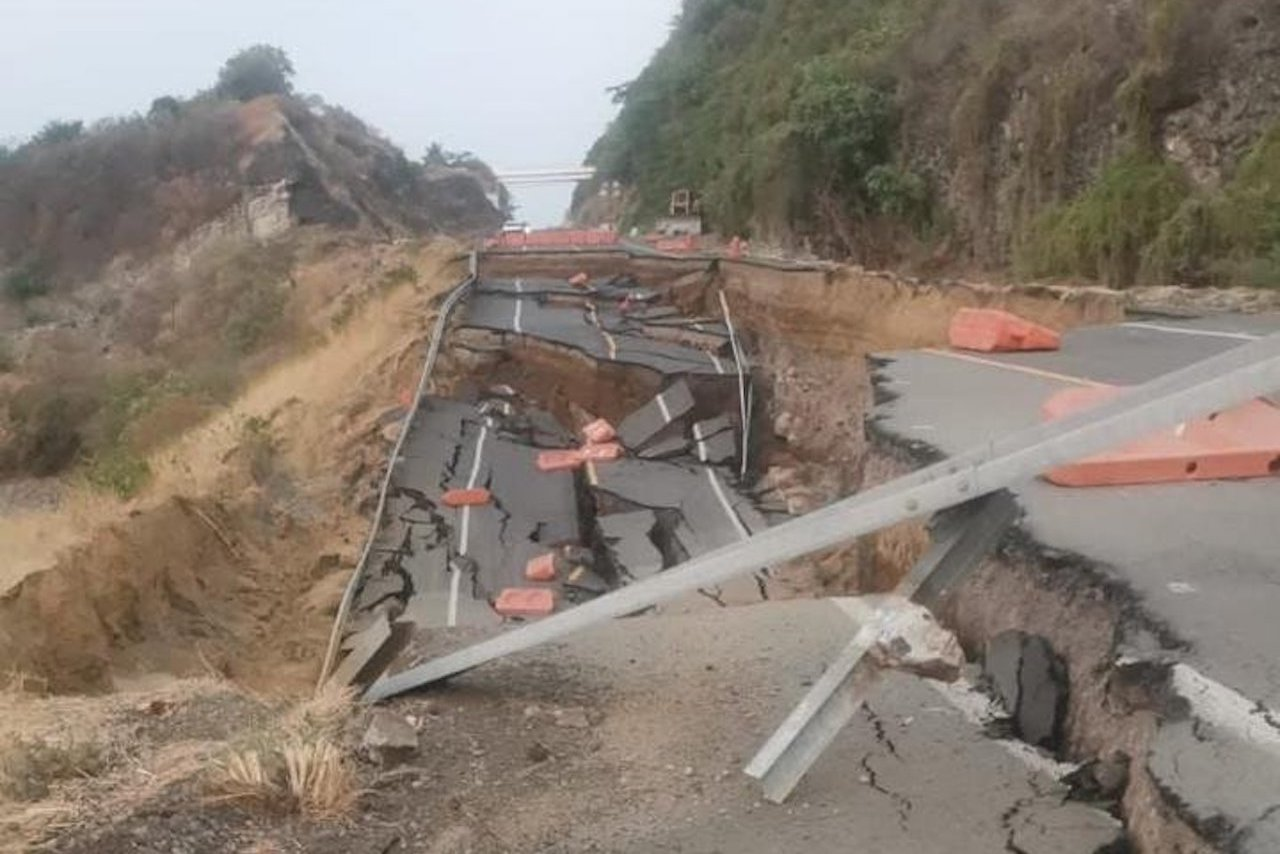 Foto de la parte de la autopista de Michoacán colapsada