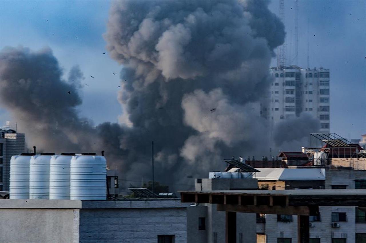 Foto de un bombardeo a Gaza desde Israel
