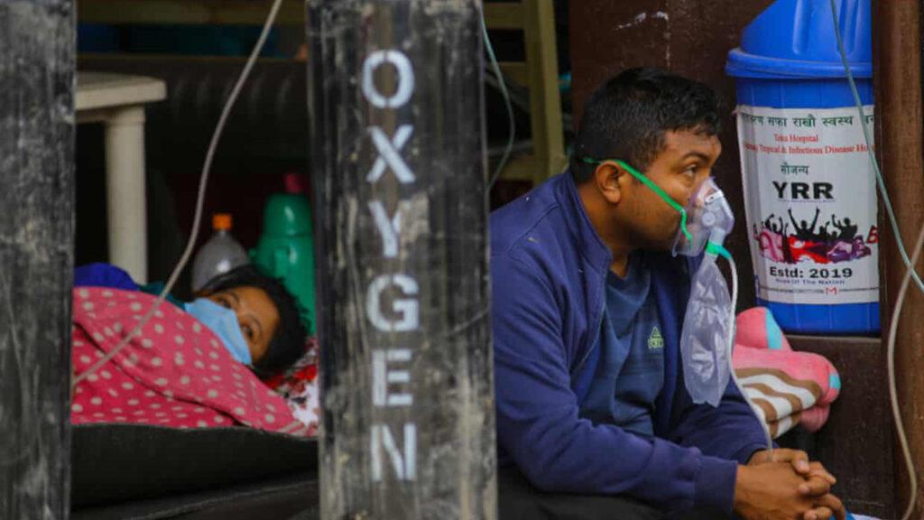 'Urgente. Se necesita oxígeno': los nepalíes se movilizan para resolver la crisis del Covid