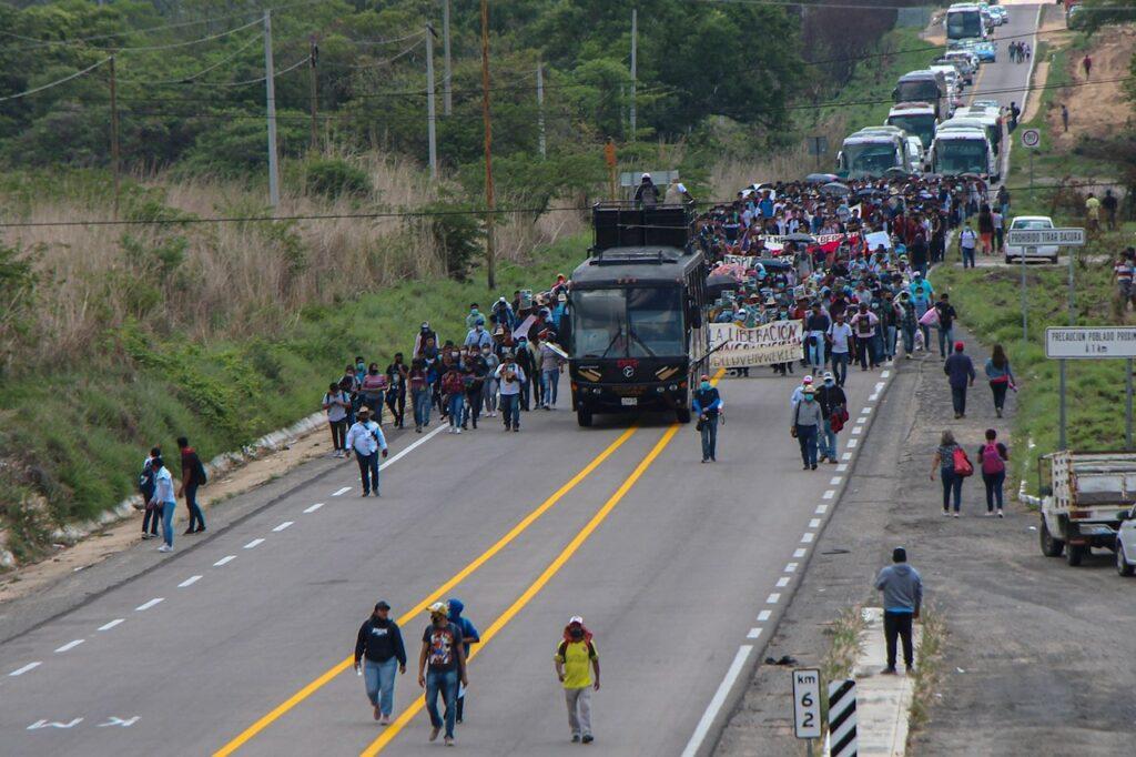 Juez abre proceso y ordena liberar a las normalistas de Chiapas en medio protestas