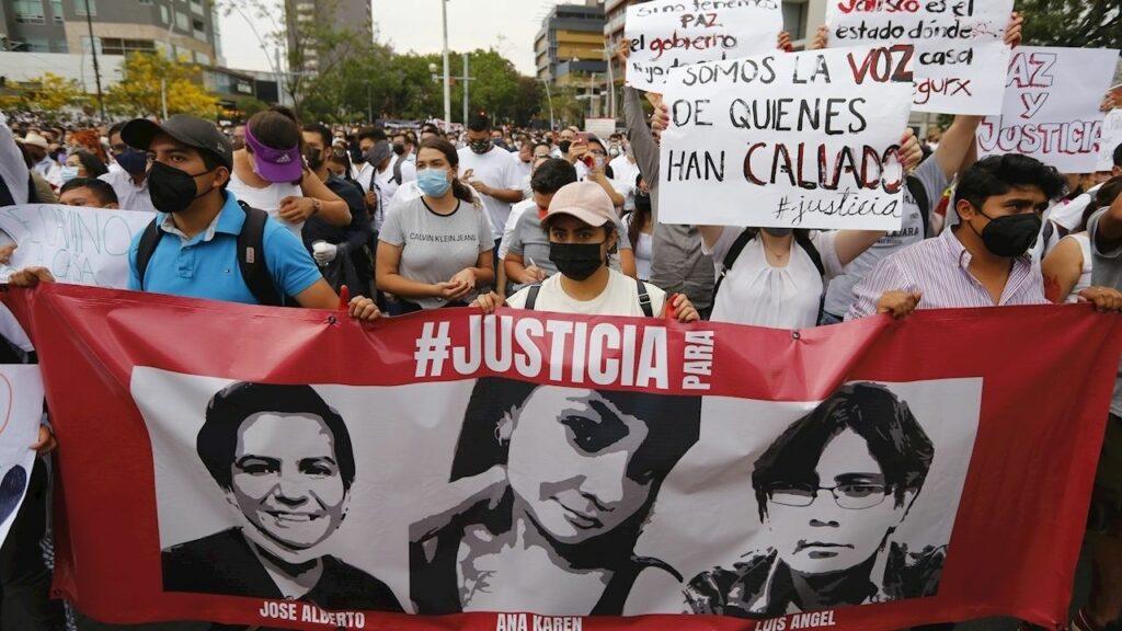 Jóvenes marchan para exigir justicia por el asesinato de tres hermanos en Guadalajara